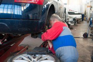 Nach einem Autounfall muss das Fahrzeug repariert werden