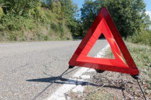 Nach einem Autounfall: Warndreieck aufstellen