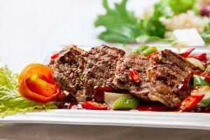 mageres Fleisch essen, das Eiweiße, Vitamine und Mineralstoffe enthält