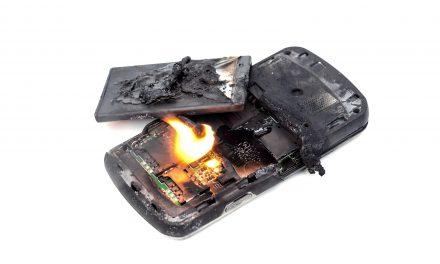 Akkute Brandgefahr durch Lithium-Ionen-Akkus: Darum sind Handy, E-Bike und Co. so gefährlich.
